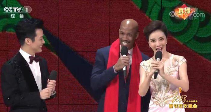 组图:马布里亮相央视春晚 秀中文送新春祝福