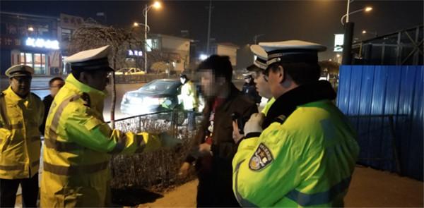 无证驾驶套牌车辆恐吓交警被原平交警依法查处