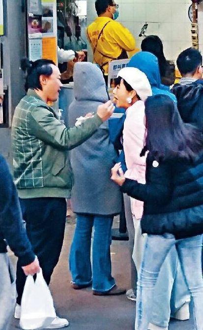 奕成爱拍_陈奕迅徐濠萦雪地亲吻,谁说老夫老妻一定淡如水了?