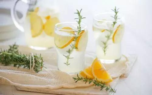 """喝一个月白开水就能青春永驻?功效或有些""""夸大其词"""""""
