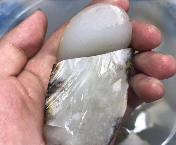 新疆的和田玉原石 要价120万 买回开切 心惊肉跳