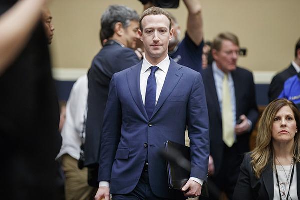 """扎克伯格缘何能从听证会全身而退?美媒:议员是""""文盲""""的照片"""