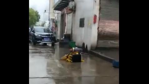 外卖小哥丢车大雨中痛哭视频疯传 美团回应:摆拍的照片 - 1