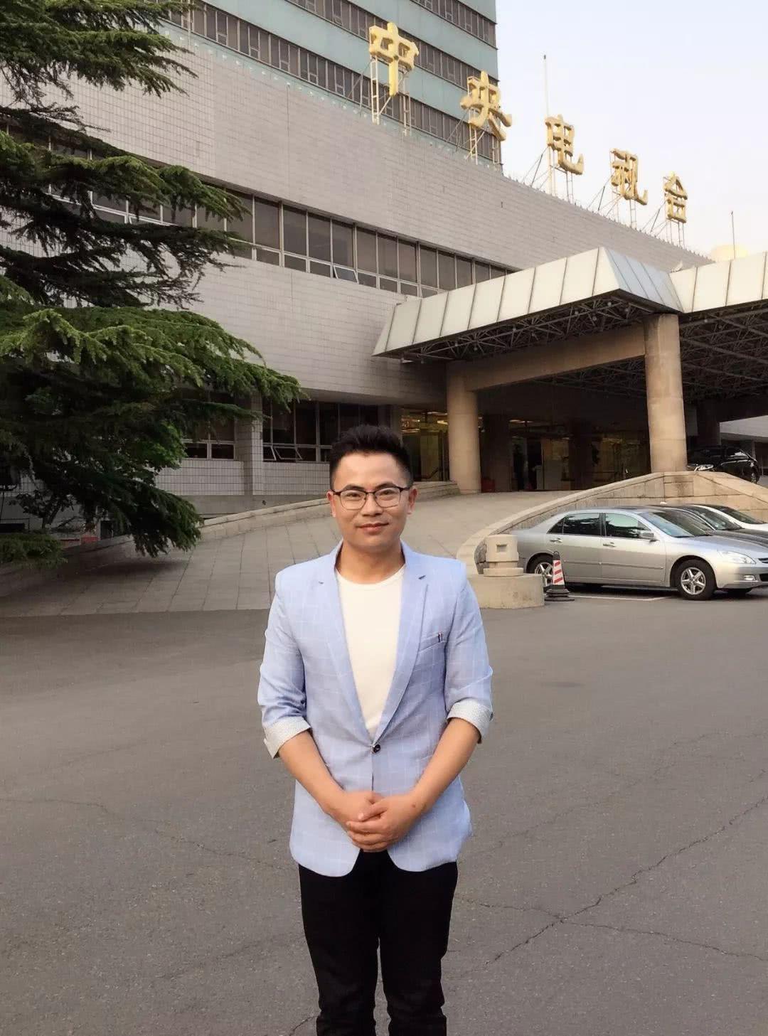 宝应小伙王青和四登央视,做客《综艺盛典》为明星领唱