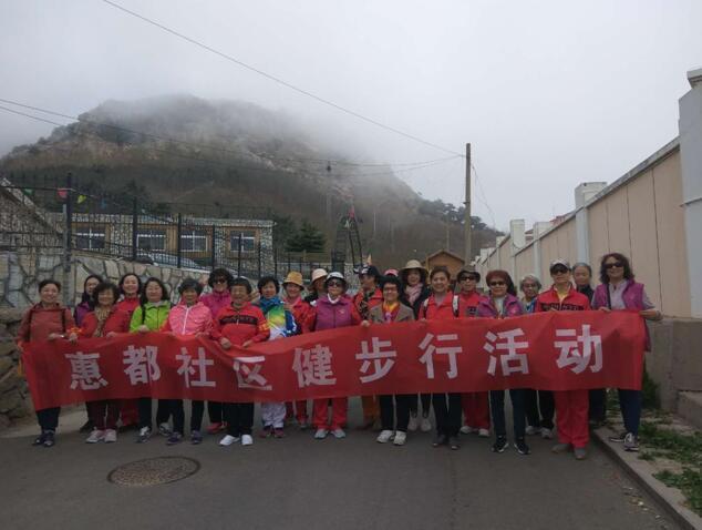惠都社区举办环保健步行活动,沿途宣传环保理念