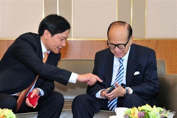 雷军向李嘉诚展示小米MIX 2S/6X 请教中美贸易纠纷问题的照片