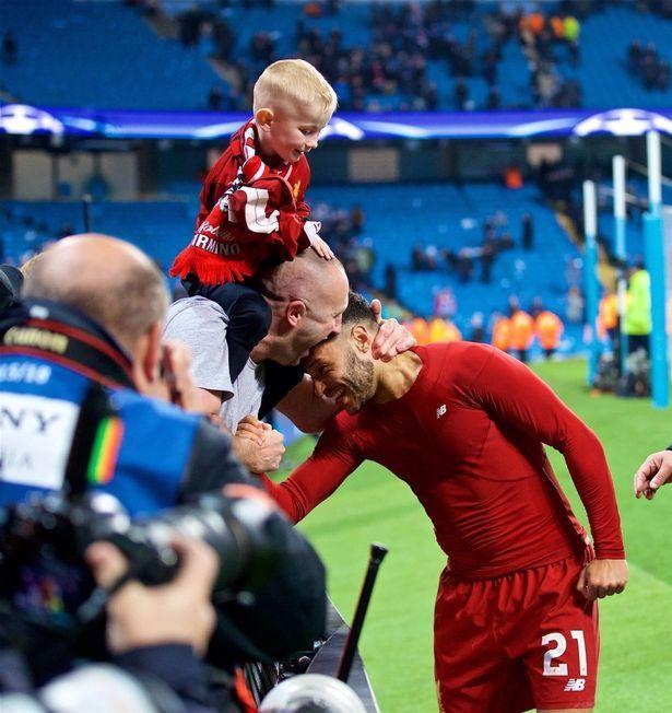 张伯伦慷慨送欧冠决赛球票 小球迷波比圆梦基辅
