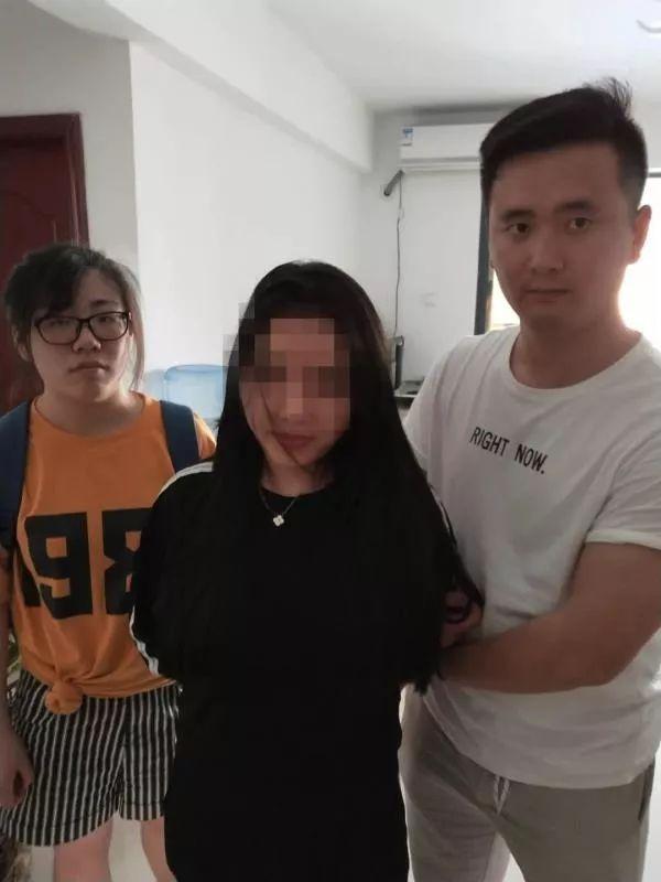 杭州警方捣毁多个涉黄App 女大学生在宿舍开直播的照片 - 1