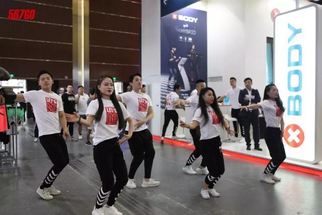 培训师带领学生,为现场的健身爱好者带来精彩表演