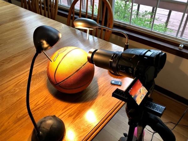 """他用微距镜头拍摄篮球表面 力证""""地平说""""荒谬"""