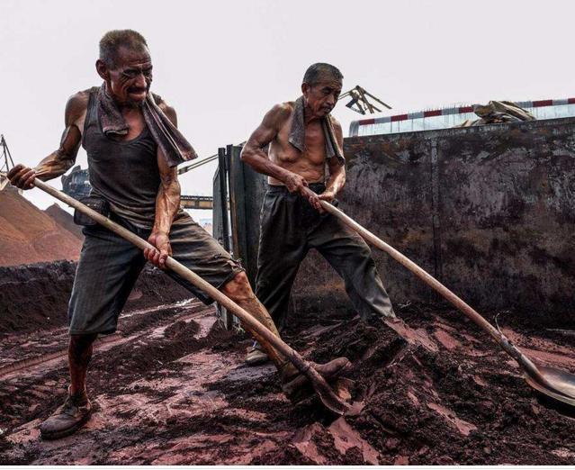 最心酸的农民工照片,他们的钱挣得有多么不容易,感动许多人