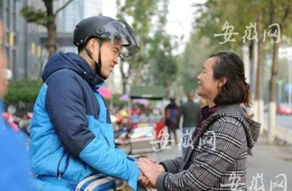 老人骑车摔倒,饿了么外卖小哥好心帮扶却被冤枉,路人站出来了-焦点中国网