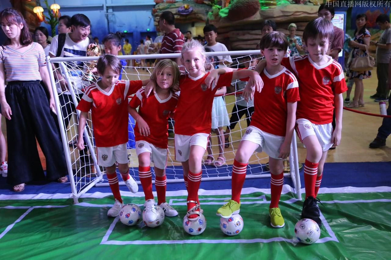 中国队PK俄罗斯队 烂苹果乐园足球夏令营开营