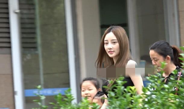 李小璐开豪车接甜馨放学,贾乃亮参加综艺秀被王菲安慰谁没被伤过