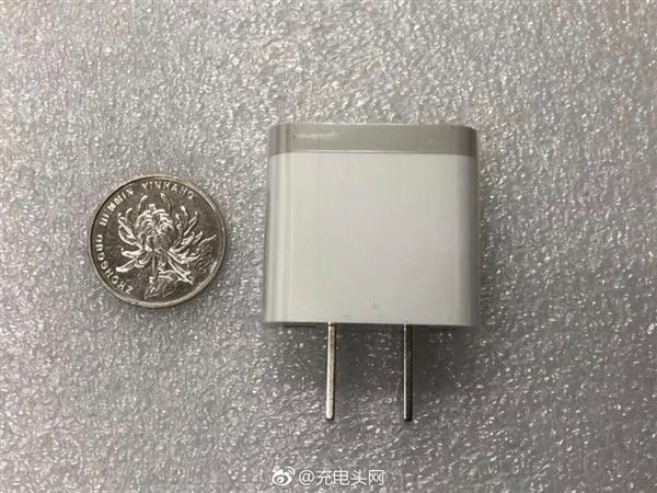 小米新款充电器曝光:比亚迪制造 更小巧时尚的照片 - 1