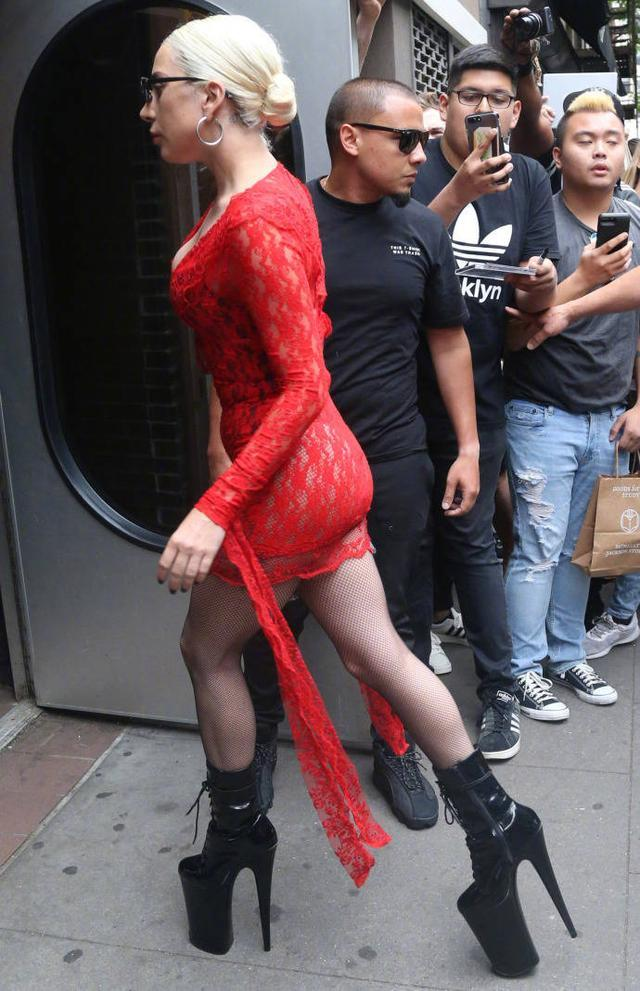 ladygaga的鞋有多高_只有你想不到没有她做不到,扒一扒LadyGaga的高跟鞋!