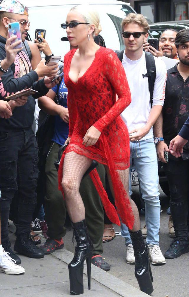 lady gaga恶心视频_只有你想不到没有她做不到,扒一扒LadyGaga的高跟鞋!