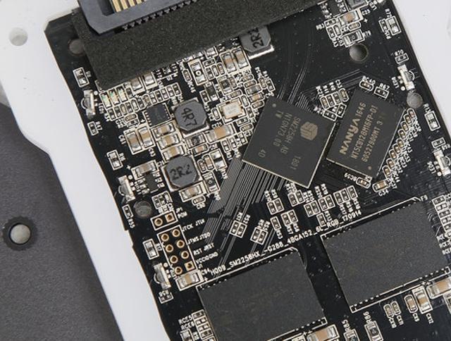 全球首款无外接供电的RGB SSD!台电锋芒S700 240G评测的照片 - 13