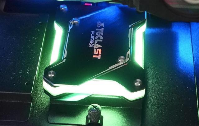 全球首款无外接供电的RGB SSD!台电锋芒S700 240G评测的照片 - 15