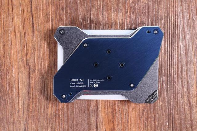 全球首款无外接供电的RGB SSD!台电锋芒S700 240G评测的照片 - 7