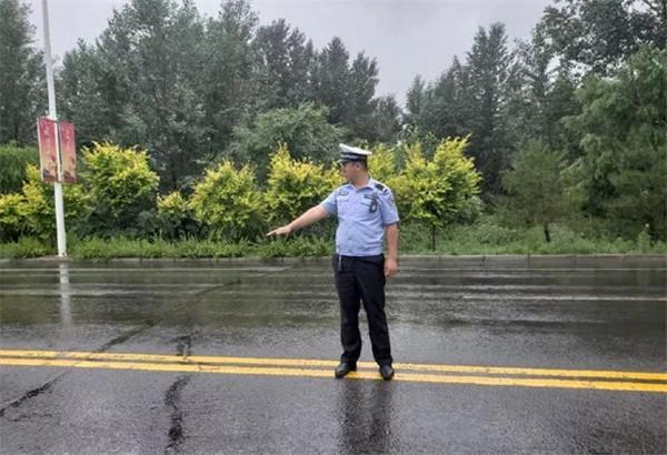 风雨中,乌兰察布兴和大队民警为您撑起平安保护伞