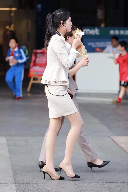 街拍ol职业装美女_街拍:早晨去上班的制服肉丝美腿OL,职业装很新颖