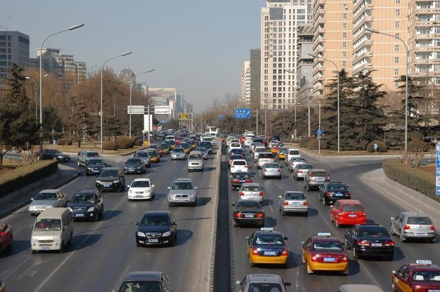 北京大雨引发全城打车难,打车难这个锅到底该不该滴滴背?