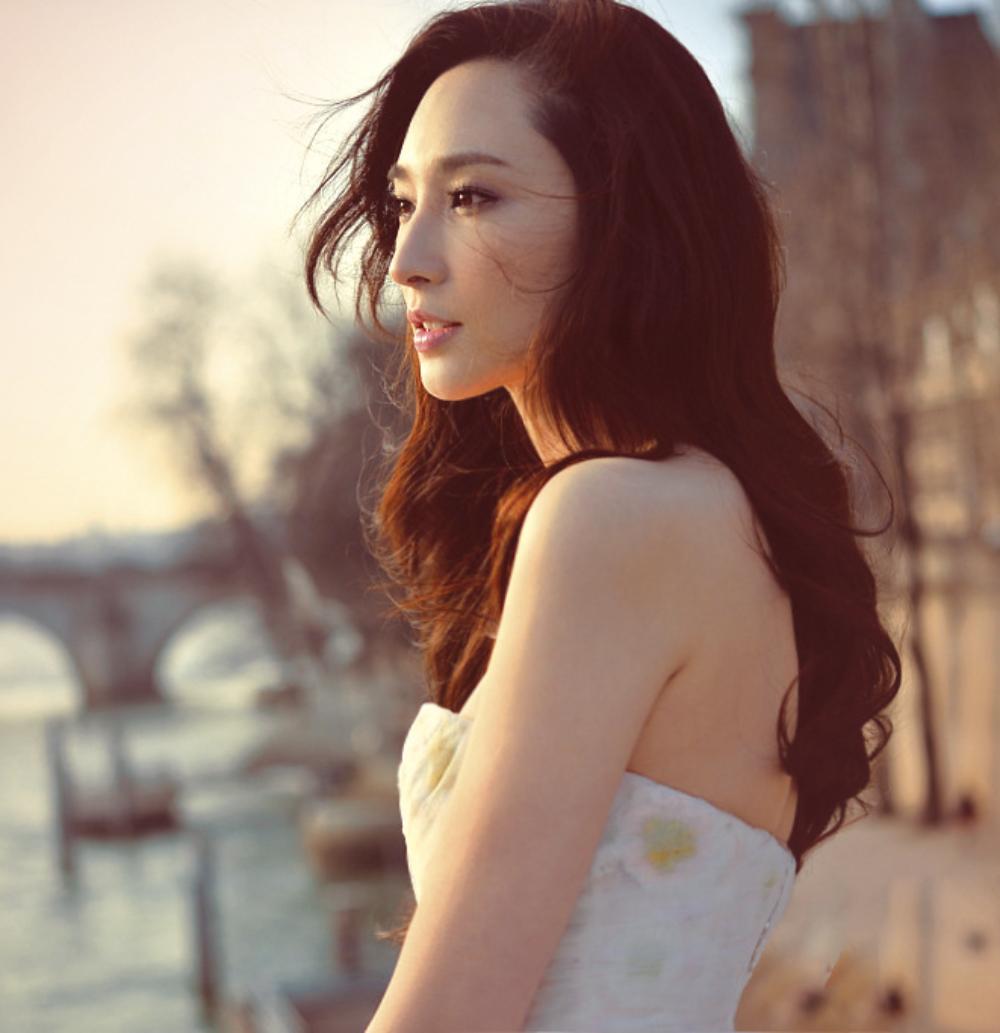 吴佩慈花色短裙玩下衣失踪 剪了刘海的她十分减龄!