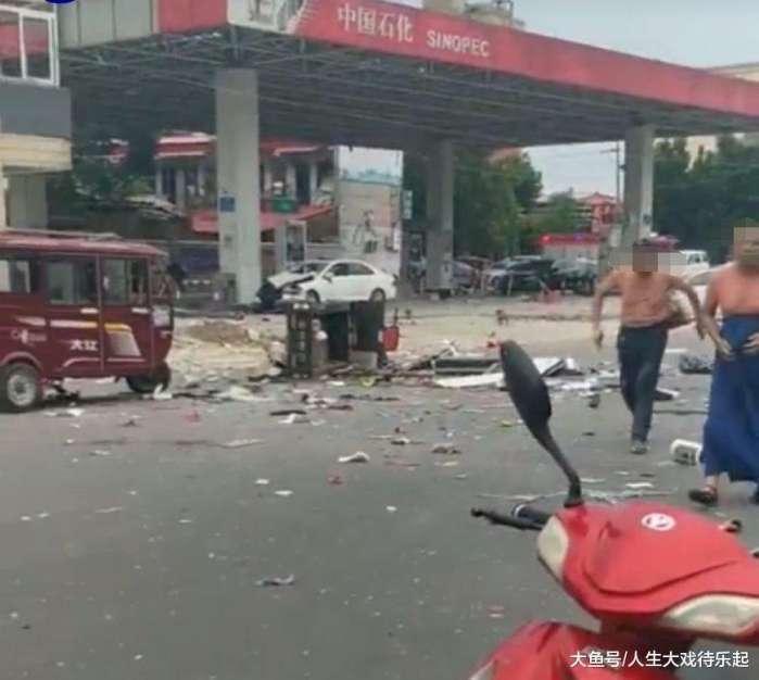 河南濮阳一中石化加油站发生爆炸, 现场一片狼藉