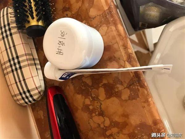 京东创始人刘强东身家700亿 刷牙竟把牙膏挤到一滴不剩的照片 - 2