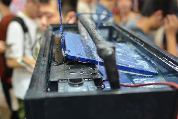 雷神秀全球首款IP68防水笔记本:酷睿i7无风扇 13寸最轻薄的照片 - 5