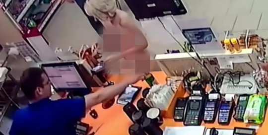 女子全裸进商店买啤酒 男收银员淡定服务 网络热点 第3张