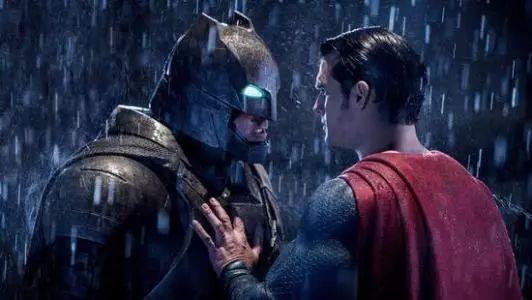 不僅懟超人,這部動畫里蝙蝠俠艸翻了整個正義聯盟