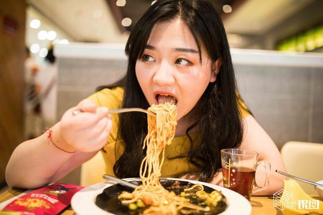 月入五万的胖模工作:一车零食,随便吃不怕胖 网络热点 第7张
