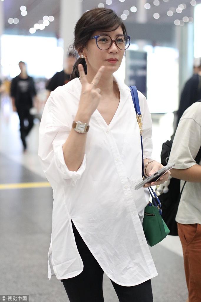 44岁贾静雯白衬衫配大红唇美艳动人 时尚潮流 第4张