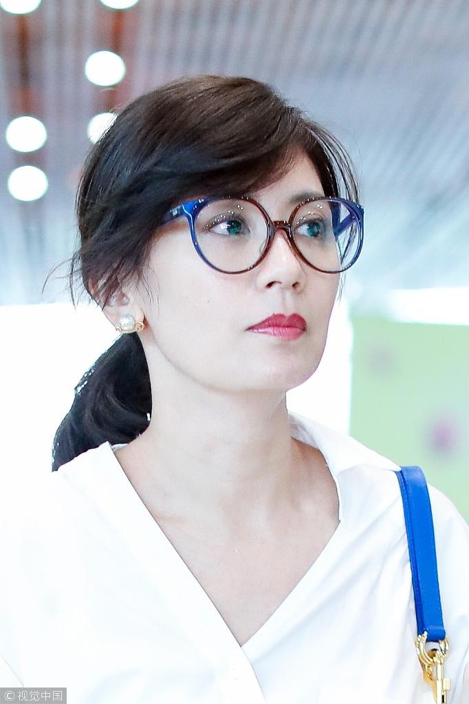 44岁贾静雯白衬衫配大红唇美艳动人 时尚潮流 第3张