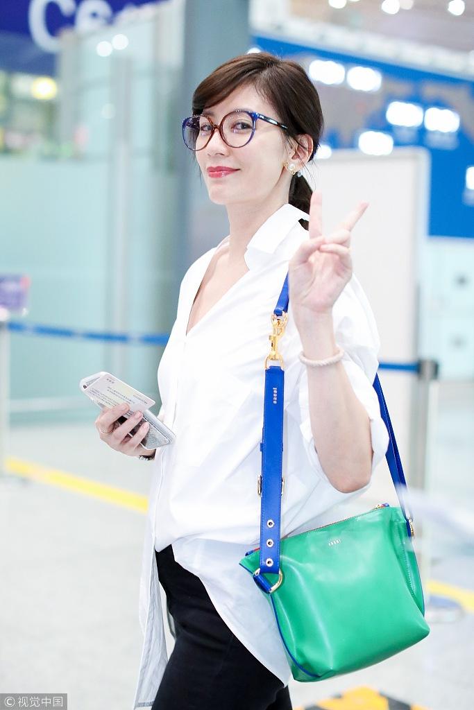 44岁贾静雯白衬衫配大红唇美艳动人 时尚潮流 第5张