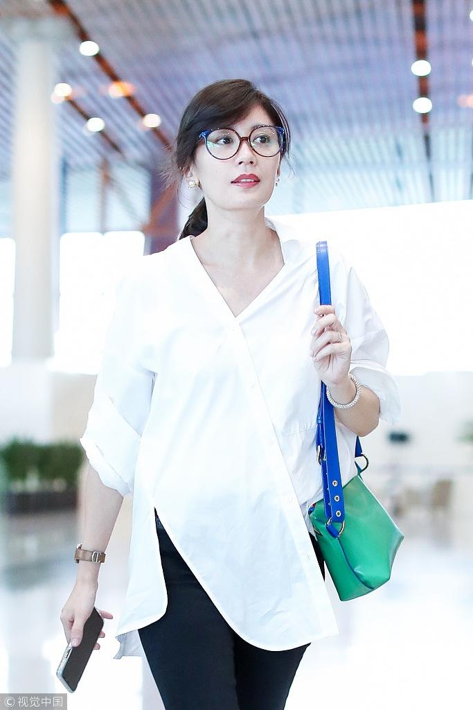 44岁贾静雯白衬衫配大红唇美艳动人 时尚潮流 第2张