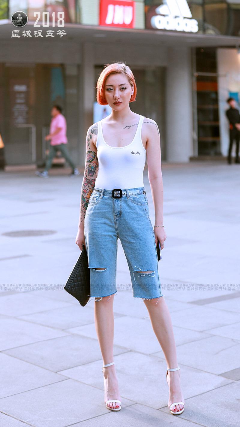 街拍:做一名充满自信的时髦女孩,让银河国际娱乐网站不再平淡