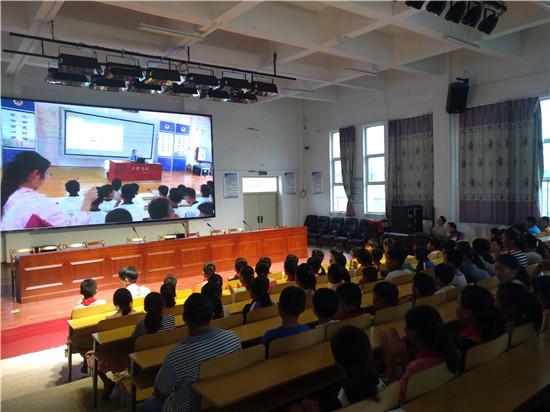 盱眙县桂五小学组织学生观看道德法治讲堂直播