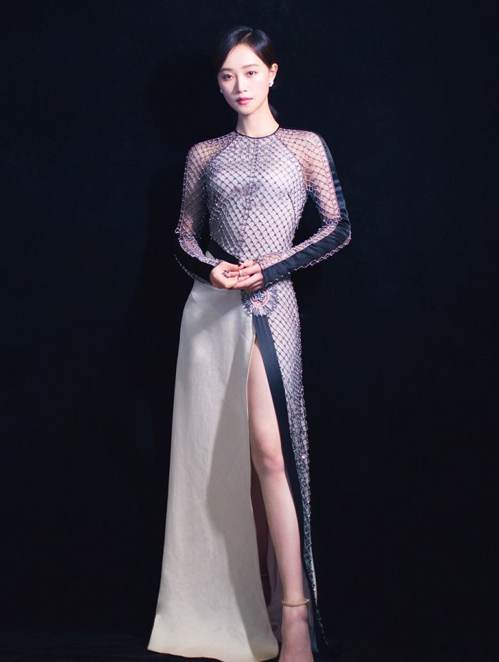 燕七女侠蓝盈莹一身镂空长袖礼服亮相活动 美背长腿高挑优雅