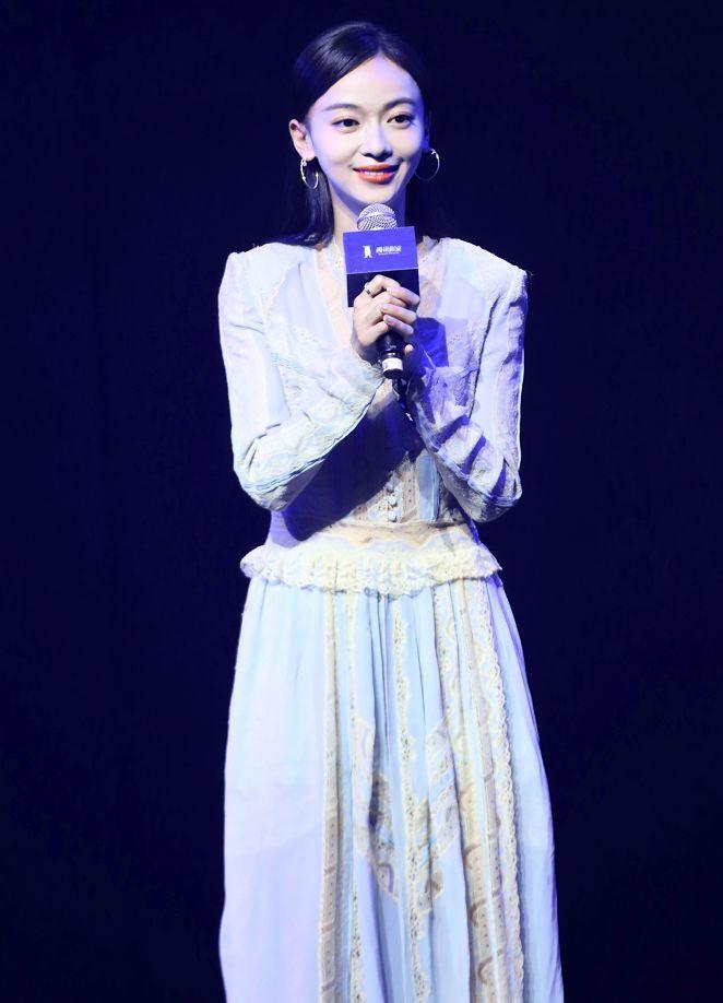 吴谨言一袭浅蓝色长裙亮相活动 身材苗条脸型精致化身超级小仙女