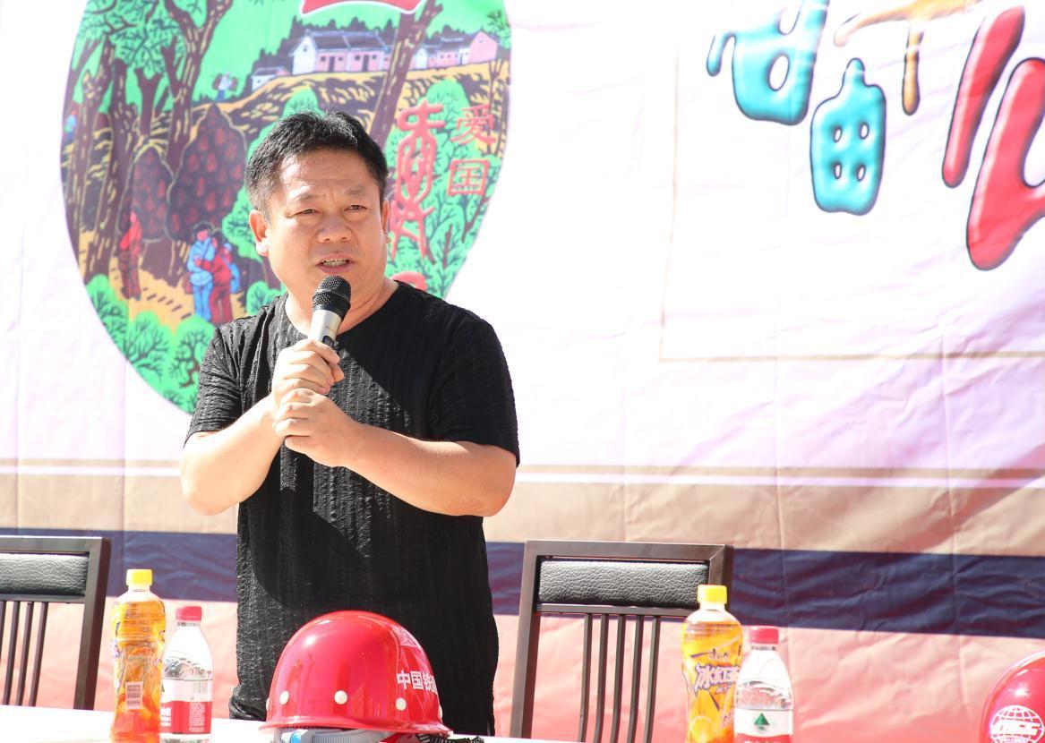 国画艺术家刘新中秋送月饼,关爱慰问农民工兄弟