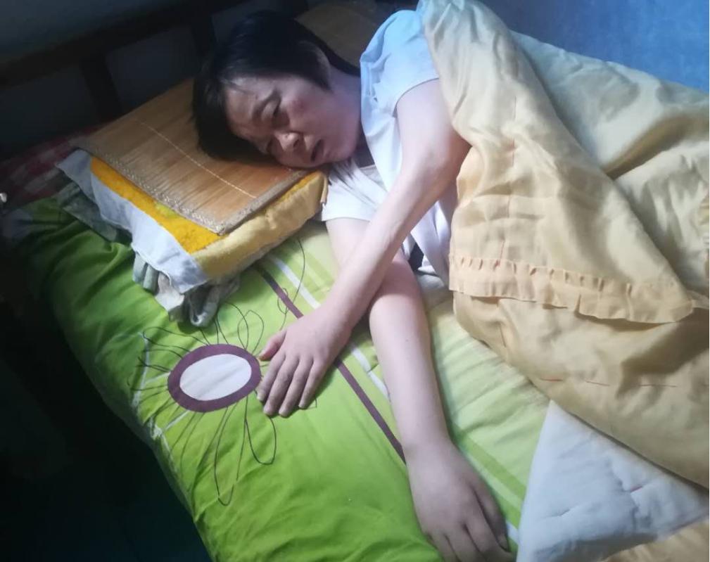 南阳女教师上班中毒致残瘫痪十年花费百万渴盼工伤认定