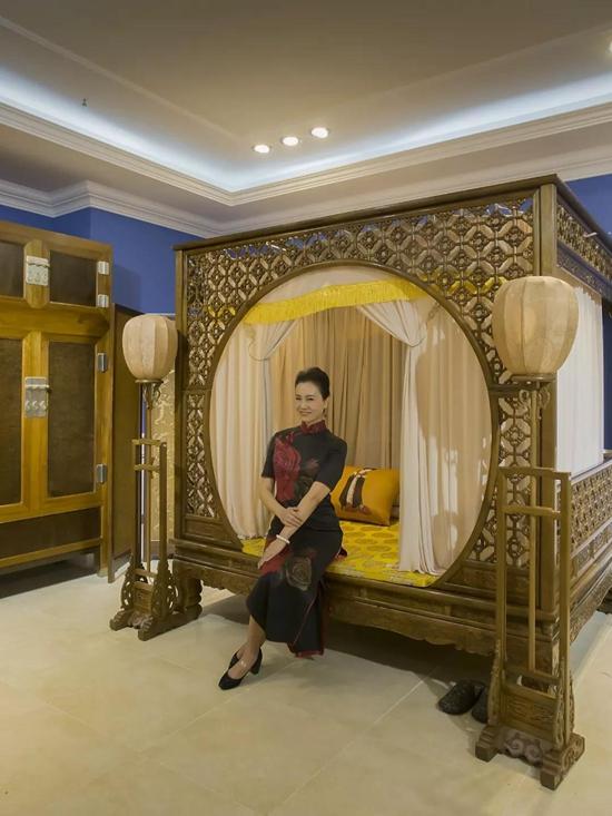 旗袍与传统家具的邂逅