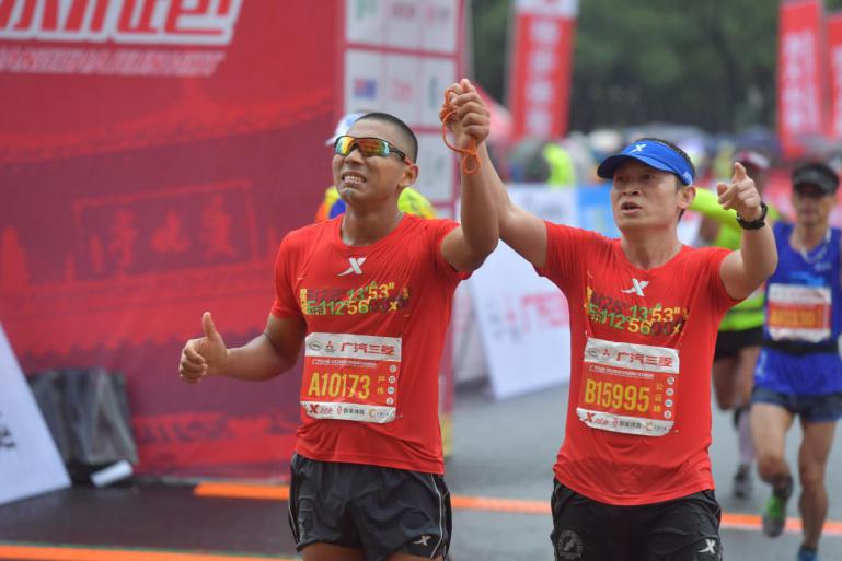 长沙国际马拉松赛雨中开跑 特步签约跑者斩获三冠