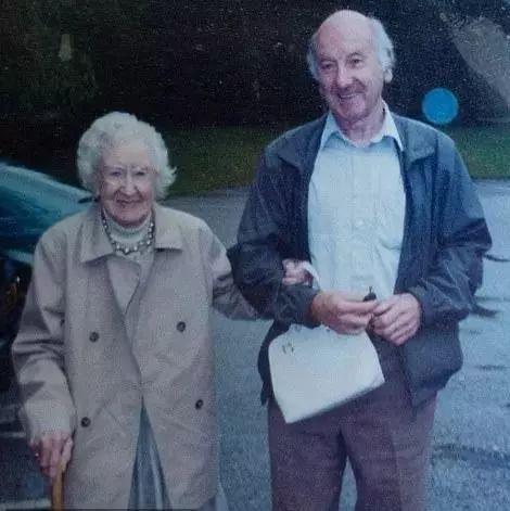 86岁建筑工人孤独离世,弟弟整理房间后,发现他的另一神秘身份