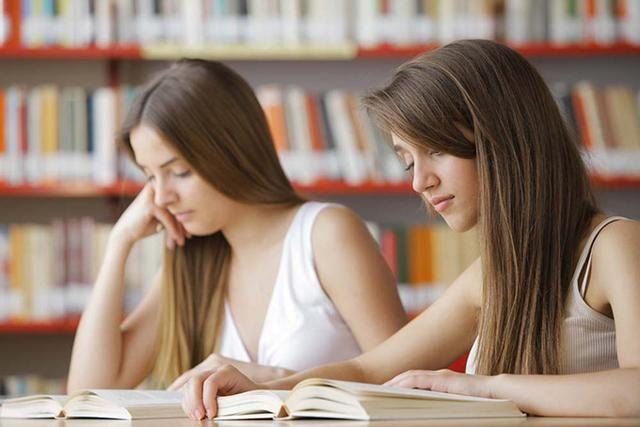 有的学校老师要求家长给孩子批改作业,你觉得这样合适吗?