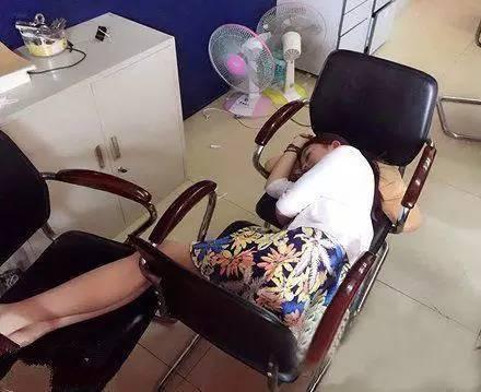 搞笑GIF趣图:女同事在公司睡午觉,我决定明天买一张躺椅送给她