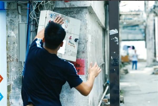 魅族奇葩招聘后续:跑酷大神已到岗 飞檐走壁满街张贴小广告的照片 - 3
